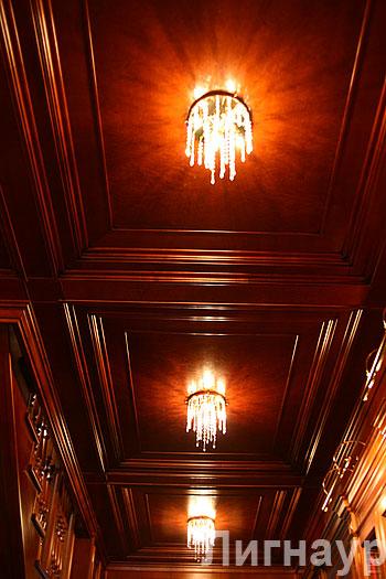 Деревянный потолок в интерьере холла выдержанного в английском стиле.