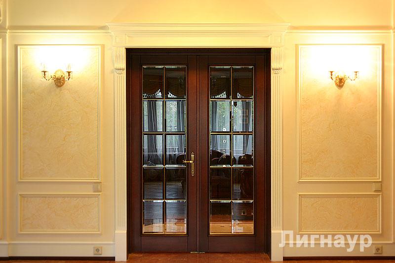 Классическая дверь с белым порталом в