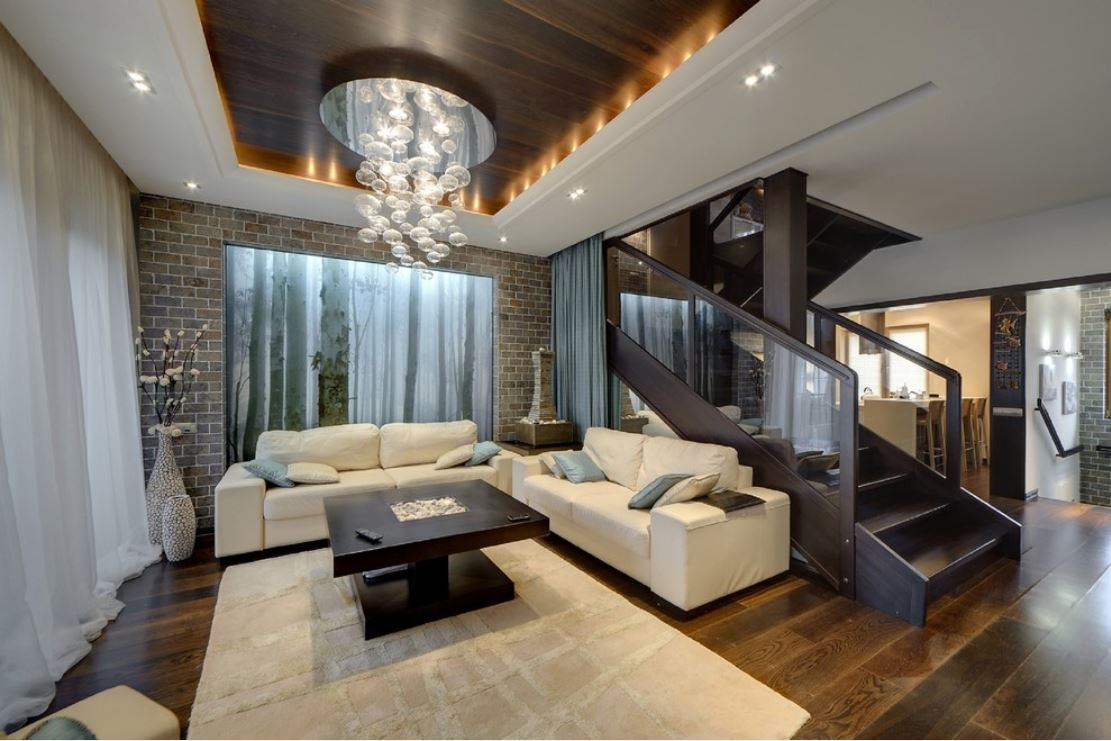 Дизайн гостиной в доме с лестницей фото